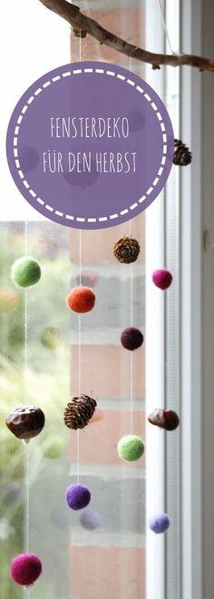 Herbst Fensterdeko basteln: Für den Dekoast wurden Filzkugeln, Kastanien und Tannenzapfen aufgefädelt und an den Ast gehängt. Die Filzanleitung zum Nassfilzen bzw. die Bastelanleitung für das Filzkugeln Mobile gibt es im Blog. Die Fenster Herbstdeko kann natürlich auch an der Wand oder über dem Bett aufgehängt werden.