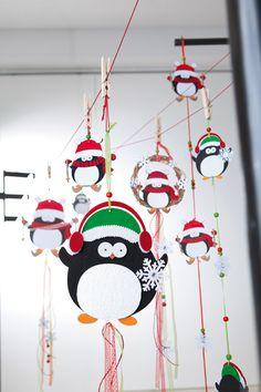 Ein niedlicher Pinguin ist der Mittelpunkt der weihnachtlichen Hängedekoration.