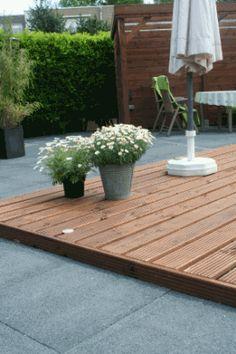 Hardhouten vlonder en nieuwe sierbestrating aangelegd in particuliere tuin.
