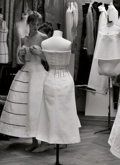 Haute Couture behind the scenes - in the fashion atelier; the making of a dress // Dior Style Couture, Couture Details, Dior Couture, Couture Dresses, Couture Fashion, Raf Simons, Atelier Dior, Christian Dior, Collection Couture