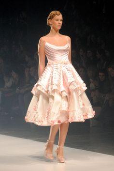 Vestidos de formatura inspirados na coleção de Samuel Cirnansck. A coleção foi baseada nas flores da Indonésia e da Holanda. Até o penteado das modelos traziam as formas das flores. Saiba mais em http://vestidos-de-formatura.com/vestidos-de-formatura-inspirados-na-colecao-de-samuel-cirnansck/