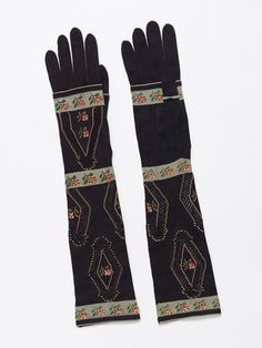 1850-1860, England - Pair of gloves - Knitted silk, embroidered