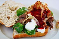 Ciabatta mit Rehfleisch, Cranberry - Chili Salsa, karamellisierten Zwiebeln und Orangencreme