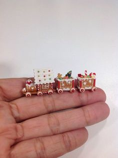 Miniature gingerbread train Z Christmas Food Gifts, Polymer Clay Christmas, Miniature Christmas, Christmas Minis, Polymer Clay Charms, Miniature Food, Miniature Dolls, Christmas Crafts, Xmas
