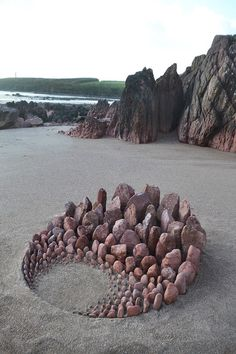 Jon Foreman (Sculpt the World) is a creator of various styles of land art Art Plage, Art Environnemental, Art Rupestre, Art Et Nature, Art Pierre, Art Sculpture, Garden Sculptures, Sculpture Ideas, Outdoor Sculpture