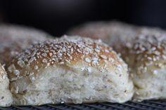 Havreboller med chiafrø - grove, bløde og luftige - Bagvrk.dk Frisk, Bread Baking, Crackers, Bread Recipes, Biscuits, Recipies, Brunch, Food And Drink, Cooking