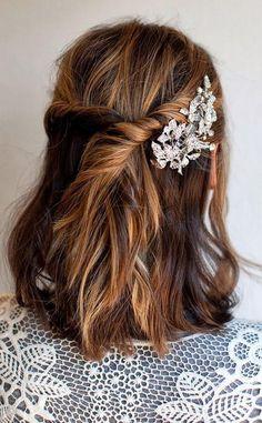 Une couronne enroulée avec une broche