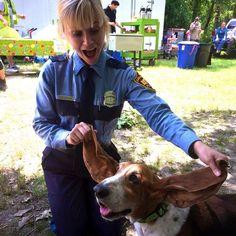 Pin for Later: Spaßige und unverstellte Promibilder in den sozialen Netzwerken  Reese Witherspoon hatte als Polizistin verkleidet mit einem Hund Spaß am Filmset. Source: Instagram user reesewitherspoon
