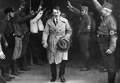 Adolf Hitler saliendo de la sede del partido Nazi (Munich, 1931)    Esta fotografía fue tomada el 5 de diciembre de 1931 a la salida de la sede del partido Nazi en Munich. Aquel día, Adolf Hitler ya afirmó que su partido gobernaría algún día Alemania.