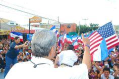 Norman Quijano compartiendo su mensaje a los residentes de la Colonia Altavista.