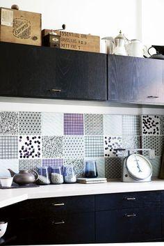 Det sorte køkken er fra Ikea, men forklædt med Made a Mano fliser, patinerede messinggreb fra genbyg.dk