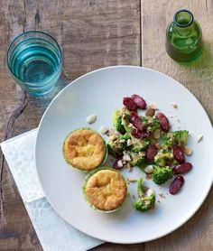 Torte al formaggio con insalata di broccoli. - Il formaggio è uno degli alimenti più usati nei piatti svedesi. Farne un tortino e servirlo con un contorno di broccoli rende i piatti più divertenti. - Ingredienti. 8 torte di formaggio PAJ OST (surgelate) - 500 g di broccoli - 50 ml di aceto balsamico - 1 cucchiaio di senape a grani interi SENAP GROV - 1 spicchio d'aglio - 1 confezione (50 g) di snack di alce affumicati VILT SNACKS - 50 g di mandorle - 2 crostini integrali SKORPOR FULLKORN