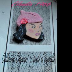 Spilla in legno dipinta a mano con cappello tipo berretto in lanetta angora (tessuto originale anni '60)- Claudia 1966 : Spille di Refuse