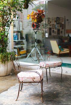 15-decoracao-quintal-area-externa-cadeira-ferro-plantas