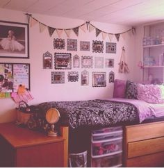 Debating about what to do with your dorm this year? From quilted headboards to on-point pegboards, you need to see these cute college dorm room decor idea and beautiful transformations. College Apartments, College Dorm Rooms, Indie Room, Ideas Dormitorios, Dorm Design, Design Room, Wall Design, Design Design, House Design