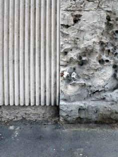 Fluted concrete below benches at allhands area on Luigi Moretti, Casa 'il… Concrete Facade, Concrete Texture, Concrete Wall, Facade Design, Wall Design, Facade Pattern, Luigi, Joinery Details, Brick And Stone