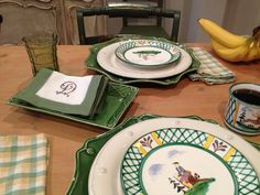 Juliska garden green chargers and Gmundner Keramik Gmunden Austria, Art Of Living, Tablescapes, Tabletop, Table Settings, Plates, Breakfast, Tableware, Garden