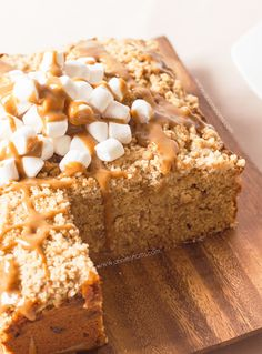 This Biscoff Marshmallow Crumb Cake recipe is the most delicious cake to bring to holiday potlucks! Filled with a cookie spread then topped with brown sugar crumbs—this is one dessert your friends and family won't want to miss! Biscoff Recipes, Cake Recipes, Dessert Recipes, Just Desserts, Delicious Desserts, Yummy Food, Marshmallow Cake, Eat Dessert First, Cupcake Cakes