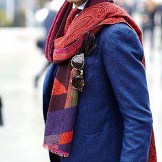 61f2197e41b1 C est bientôt le Pitti, et voici justement un très bel exemple  d accessorisation avec le foulard à motifs qui sublime cette veste simple,  mais au bleu riche ...