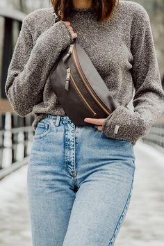 Leather Fanny Pack, Leather Bag, Elegantes Outfit, Hip Bag, Cloth Bags, Ideias Fashion, Clothes For Women, How To Wear, Stylish Outfits