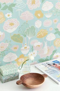 Smukt non-woven tapet fra svenske Majvillan. Let at tapetsere – Lim direkte på væggen. Tapetet er designet af Charlotta Sandberg. Produceret i Sverige. Miljøvenligt. Rapportstørrelse 53x53cm. Forskudt mønsterrapport. Rulle 0,53x10,05 m.