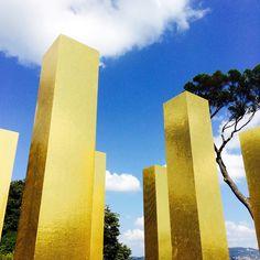Le colonne simboleggiano l'uomo che, in piedi, afferma la sua dignità di fronte allo spazio infinito. The columns symbolize humankind who stands up and declares his dignity in front of the limitless space.