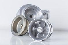 BMW vient d'imprimer sa 500eme roue de pompe à eau pour le DTM Racing Car (Deutsche Tourenwagen Masters). Une des voitures porte cette 500eme roue imprimée dans son groupe motopropulseur. La pompe a été composée de pièces métalliques construites à l'aide de fusion sélective au laser (SLM). Chaque couche de 0,05 millimètre de poudre d'alliage d'aluminium est traitée sur une plaque pour former un composant solide de haute précision.