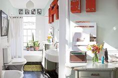 Lo antiguo y lo moderno en una reforma espectacular  Se colocaron baldosas de granito negro, se revistió con azulejos blancos, se mandó a esmaltar el lavamanos, se reemplazó la grifería, se colocaron artefactos nuevos y se encargó a un herrero la nueva abertura Foto:Magalí Saberian