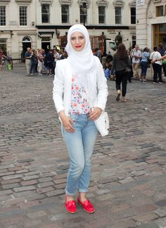 Wearing red patent shoes and white hijab for a summery look on www.hayfaglam.com  #shoes #redshoes #summer #hijab #fashion #hijabfashion #hijab