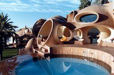 Progettato negli anni '70 dall'eccentrico architetto ungherese Antti Lovag, il Bubble Palace è il manifesto delle sue teorie sull' architettura organica e naturale, basata sulla forma circolare. Ma soprattutto è una villa spettacolare!