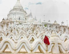young-monk-climbing on the architecture of the Hsinbyumae Buddhist pagoda in Mingun, Myanmar, on the Irrawaddy river Photo by Tom Cheatham . (o by design d'autore