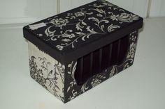 Caixa em mdf pintada em preto, e  encapada com guardanapo floral. Possui almofada para agulhas e porta linhas....