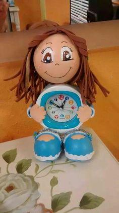 Idea original. Fofucha con reloj personalizada, hecha en Goma EVA.