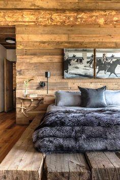 RÚSTICO | Nada como a madeira para deixar o ambiente acolhedor. E olha como fica chique o contraste com a cama vestida para o inverno! #decoracao #inverno #ficaadica #SpenglerDecor