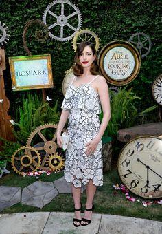 Pin for Later: Anne Hathaway Fait Sa Première Apparition Sur le Tapis Rouge Depuis la Naissance de Son Petit Garçon