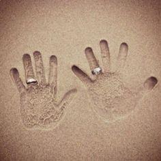 Leuke manier om trouwringen te fotograferen bij een bruiloft op het strand. Door michouvandonk