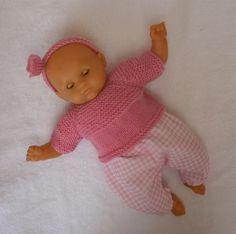 Habits poupon 30 cm - ensemble pantalon vichy et pull rose Pull Rose, Baby Born, Barbie Dolls, Doll Clothes, Knitting Patterns, Dinosaur Stuffed Animal, Crochet, Toys, Animals