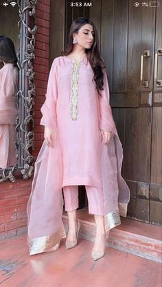 Pakistani Fashion Party Wear, Indian Fashion Dresses, Dress Indian Style, Indian Designer Outfits, Pakistani Outfits, Pakistani Clothing, Indian Outfits, Fancy Dress Design, Stylish Dress Designs
