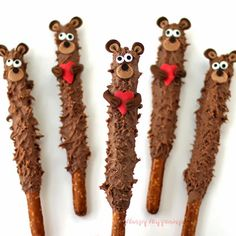 Make these cute Chocolate Teddy Bear Pretzel Pops for your loved ones this Valentine's Day. These cute chocolate dipped pretzels are easy to decorate and make great desserts and gifts. They'd also be great to serve at a baby shower or birthday party. Chocolate Covered Pretzel Rods, Chocolate Dipped Pretzels, Chocolate Treats, Homemade Chocolate, Valentines Day Chocolates, Valentine Chocolate, Valentines Day Treats, Valentine Recipes, Valentine Party
