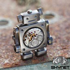 Robot Steampunkový robůtek je poháněn starým unikátním hodinkovým strojkem, který je namontován v jeho těle. Pro případ poruch strojkového mechanismu jsou přiloženy montklíče, kterými je možno jej zase rozchodit :) Robot v mosazné barvě má na výšku necelých 5 cm, na šířku přibližně 3 cm. Je zavěšen na řetízku bez zapínání, který měří cca 72 cm. Náušnice ...