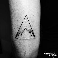 Tatuaje de una cordillera dentro de un triángulo, situado en el tríceps. Artista tatuador: Sanne Volja