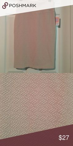 LLR Cassie skirt This is a LLR Cassie pencil skirt. Very soft and stretchy. It is a nude/cream color and has a texture on it in the same color. See pics for a close up! LuLaRoe Skirts Pencil