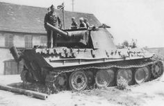 «Пантера» Ausf. G, подбитая в Чехословакии в конце войны, является одной из небольшой партии в 28 машин, выпущенных заводом MAN на протяжении марта-апреля 1945. Данные танки легко опознать по последнему стальному опорному катку. На фото большая часть ствола пушки срезана и лежит возле танка, отсутствует глушитель (с функцией пламегасителя) одной из выхлопных труб.
