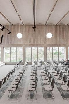 Bayer & Strobel Architekten | Gemeindehaus FeG Kaiserslautern-Nord Auditorium Design, School Architecture, Interior Architecture, Norway House, Multipurpose Hall, Function Hall, Kaiserslautern, Modern Architects, Interior Decorating