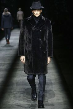 Catwalk photos and all the looks from Brioni Autumn/Winter Menswear Milan Fashion Week Fashion Week Hommes, Milan Men's Fashion Week, Mens Fashion Week, Catwalk Fashion, Vogue Paris, Milano Menswear, Great Clothes For Men, Man's Overcoat, Men's Coats And Jackets