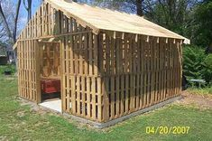 Pallet Barn, Pallet House, Diy Pallet, Pallet Crafts, Small Pallet, Pallet Patio, Pallet Wood, Pallet Building, Building A Shed