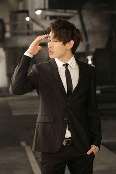 EunHyuk wore his black suit..HOT ^^