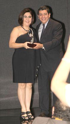 Martha Lozano recibiendo el reconocimiento de manos de Martín Celaya, Vicepresidente de Desarrollo de Negocios y Relaciones Institucionales de Grupo Mundo Ejecutivo