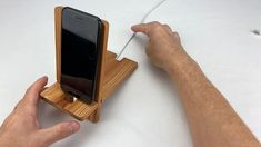 Diy Phone Stand, Wood Phone Stand, Wooden Laptop Stand, Wood Shop Projects, Woodworking Projects Diy, Woodworking Furniture, Woodworking Plans, Wooden Phone Holder, Bois Diy