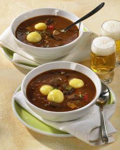 Unser beliebtes Rezept für Gulaschsuppe mit Kartoffel-Klößchen und mehr als 55.000 weitere kostenlose Rezepte auf LECKER.de.